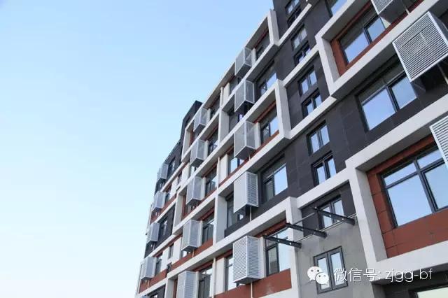 之前就对这座楼有很大的期待,整体造型很特别也很漂亮,今天拿到了钥匙,一进去,才发现真正的惊喜是在房屋里面,地源热泵供暖供水,新风系统让屋内空气更加清新,建筑面积68(平米),实用面积64(平米),这对于传统来讲可是很难实现的。刚刚入住北方大区公寓楼的员工安军说到。 3月5日,中建钢构首个绿色钢结构装配式建筑北方大区公寓楼(以下简称白领公寓)迎来了它的首批住户,正式投入使用。崭新明亮的房屋,宽敞舒适的格局,无处不在的新技术应用,给住户带来的全新的体验。 白领公寓占地面积约为970,建筑面积约