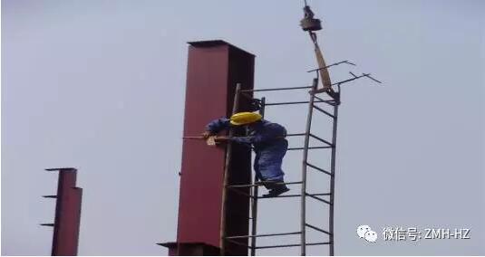 为确保钢结构施工过程能有一个良好的、安全的施工环境,针对钢结构施工过程中普遍存在的安全隐患,经过公司多年的钢结构工程施工安全防护技术措施的实践和经验积累,以及为切实把安全技术防范措施落实到位,杜绝重大安全事故的发生。现特制订以下钢结构施工过程中必须遵守并强制执行的安全技术措施作为公司的企业标准,由各项目部依据要求参照并强制执行。  1.