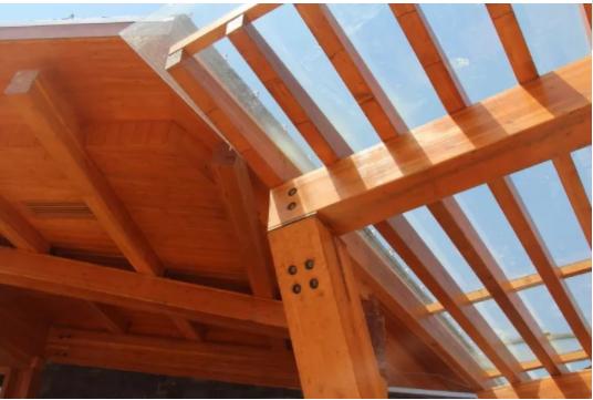 导读 该结构为典型的胶合木梁柱结构体系。在满足建筑功能要求的前提下,根据建筑自身的特点,利用不同的结构构件实现竖向与水平向结构体系的合理布置。  1.项目概况 本项目为平面双圆形一层木建筑(图1),是位于南京市的展馆类建筑,地上建筑面积约为1200平米,局部一层地下室,建筑外侧最高屋檐处高度约10米,主屋面为两个单向斜平面。  图1 木结构生态展示馆 该建筑为典型的梁柱式木结构体系(图2),结构布置从上到下依次为环向胶合木檩条、径向胶合木主梁拉杆桁架及径向屋檐挑梁、环向胶合木次梁、胶合木斜撑、胶合木柱间腰