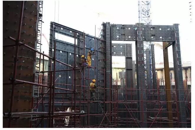 周大福封顶俯瞰 2017年6月19日,中建八局天津周大福金融中心项目最大起重量达100吨的ZSL3200塔吊顺利完成了巨大动臂的拆卸,以便为塔楼最顶端的塔冠安装腾出空间。此时,周大福项目的顶部高度已悄然跨越500米。其项目塔楼核心筒结构早在去年12月14日已提前封顶。 2014年,是国务院批准的第一个国家综合改革创新区滨海新区建区30周年,位于天津渤海之滨的这座副省级新区再展雄心,在北海路与第二大街路口中央树起一座高达60米的金色调纪念雕塑扬帆远航,以表达而立之年的新区提速迈向中国经济