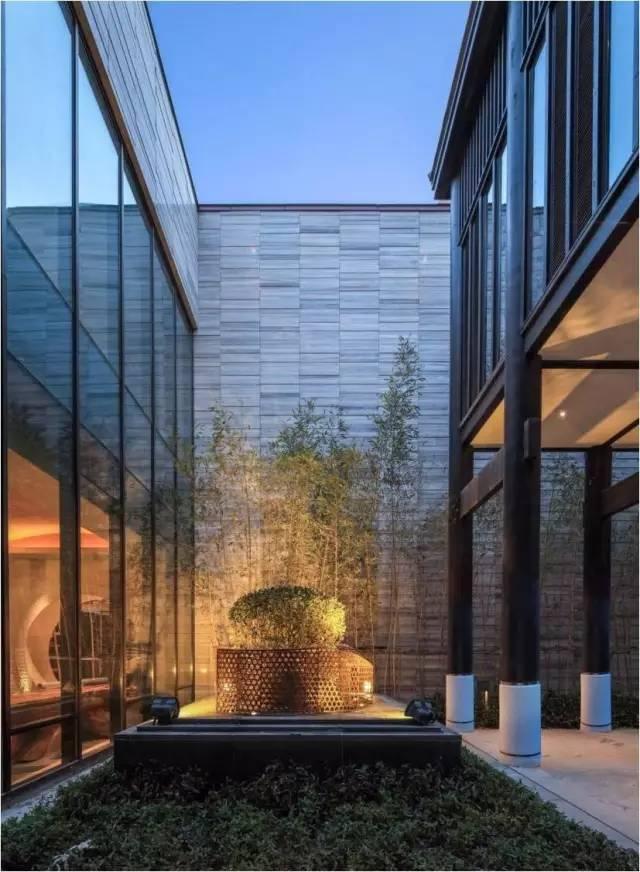 这个项目采用镀锌金属连接件的方式使得木柱与