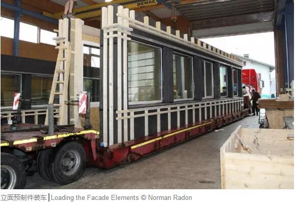 在过去十年间,德国建筑界不仅聚焦在建筑或街区的节能性上,也逐渐开始重视建筑材料的可持续性和建造过程的优化。其中一个广受关注的解决方案是装配式木结构建筑。 Schmuttertal中学是德国装配式木结构建筑备受好评的示范项目:2016年10月该项目获得了2016巴伐利亚州能源奖,11月获得了2016 DGNB(德国可持续建筑委员会)可持续建筑大奖。    Schmuttertal中学的新校园位于德国巴伐利亚州奥格斯堡市附近的迪多夫,于2015年9月投入使用。这个地区盛产木材,因此项目伊始,作