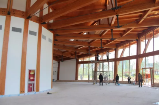 屋面结构布置情况为:上弦为胶合木梁,下弦为柔性钢拉杆的拉杆桁架方案