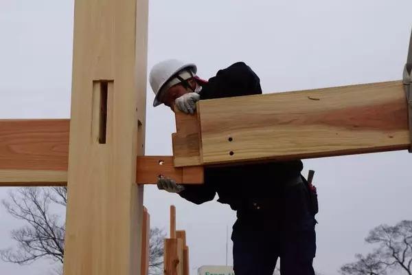 """一幢木结构独立住宅,梁与柱,""""卯榫构造"""",局部特写."""