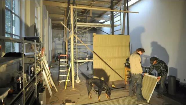 用钢木结构与一侧的老墙相连形成loft空间.