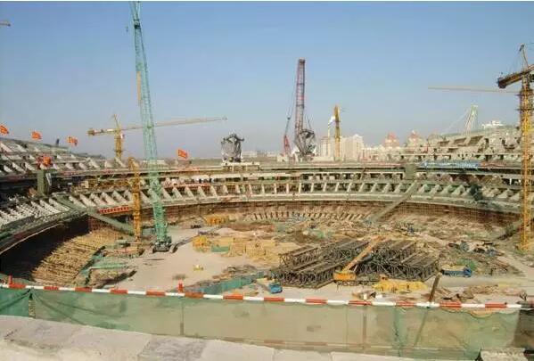 1.国家体育场工程概况 国家体育场,因其外观独特的造型而被俗称为鸟巢。该建筑位于北京北四环路北侧的奥林匹克公园中心区,是2008年奥运会主会场,可容纳观众9.1万人,承担了奥运会开幕式、闭幕式和足球、田径等比赛项目。工程总占地面积20.4公顷,总建筑面积25.8万平方米,绿化占地面积7.