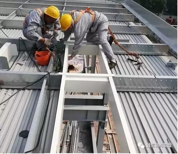 二、屋面、墙面系统施工 (一)檩条安装 1、 檩条的地面运输 从原材料堆放场地用卡车或平板车将檩条运输至吊机位置,然后用钢丝绳捆绑结实。 2、垂直运输: 将捆绑结实的檩条采用现场吊机将檩条吊运至其安装部位。因为檩条单重小,且为线性杆件,绑扎容易,吊装时主要耗时的是起钩和落钩,为提高安装速度,采用一钩多吊的方法来提高工作效率,如图所示。 3、檩条安装总体顺序 檩条和檩托的安装顺序如下: 檩托安装檩条安装屋面系统的安装 4、檩条安装定位 、根据本系统工程屋面板制作安装标准及钢结构施工单位移交的测量数据,确