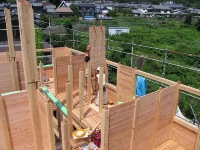 木材建成的房子还能防火防水还抗震?你没看错,一位日本友人在博客上发表了一篇日本建房记,详细记述了日本木结构住宅的建造过程以及一些细节部分。博客里称:木料全部经过处理,防水防火,不会变形。这种房屋密闭性很好,大风刮上去无缝可钻,就不会有中国房屋那种呼啸声。防火防水还坚固,这种木结构住宅简直分分钟秒杀中国老式水泥房。 据统计资料分析,日本一户建住宅85%以上都是采用木结构的建造形式。日本人之所以喜欢木结构一户建住宅,除了传统的习惯外,木结构住宅使用寿命长、建设周期短、节能、生态、环保、抗震等特点,也