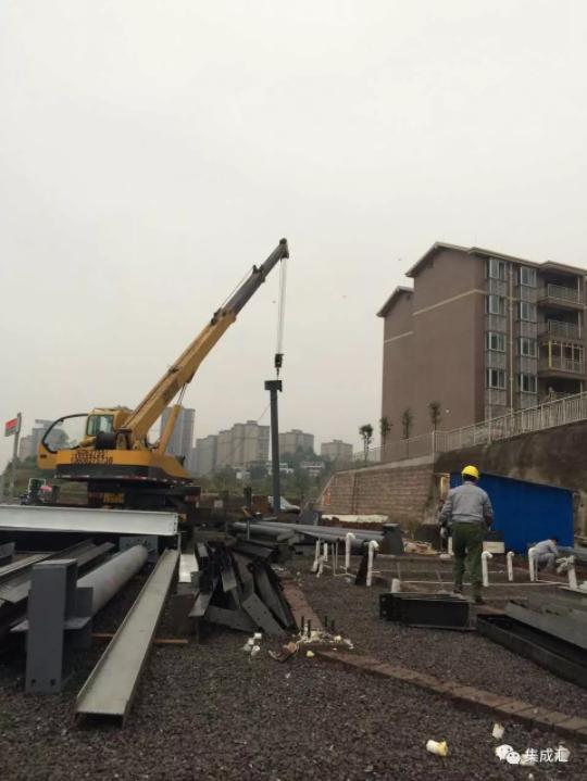 项目结构采用大跨度排架结构,结构柱需要借助吊车进行安装就位.