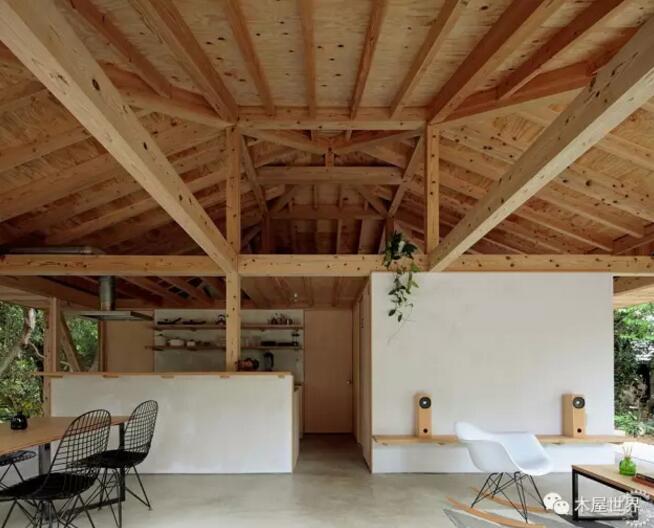 在热带岛屿采用木框架建筑创造的抵抗台风的住宅,在日本的冲绳地区,朝向这个房屋边缘径向延伸的木质框架,通过外部4面完全由玻璃制成的外墙,确保了各个方向的视野。  东京ISSHO建筑工作室设计了这座Shinminka住宅,项目位于冲绳岛北部的Motobu,一个被树木和植被环绕的地方。建筑师力图拓展对冲绳传统住宅的当代解读,这种房屋通常具有支撑平屋顶的木结构,延伸到创造出遮阴的门廊。  工作室主管Jun Vera解释说:我试着不要过分怀念过去,合乎逻辑的推导,透过现代建筑的镜头。虽然在许多情况下,结果与日