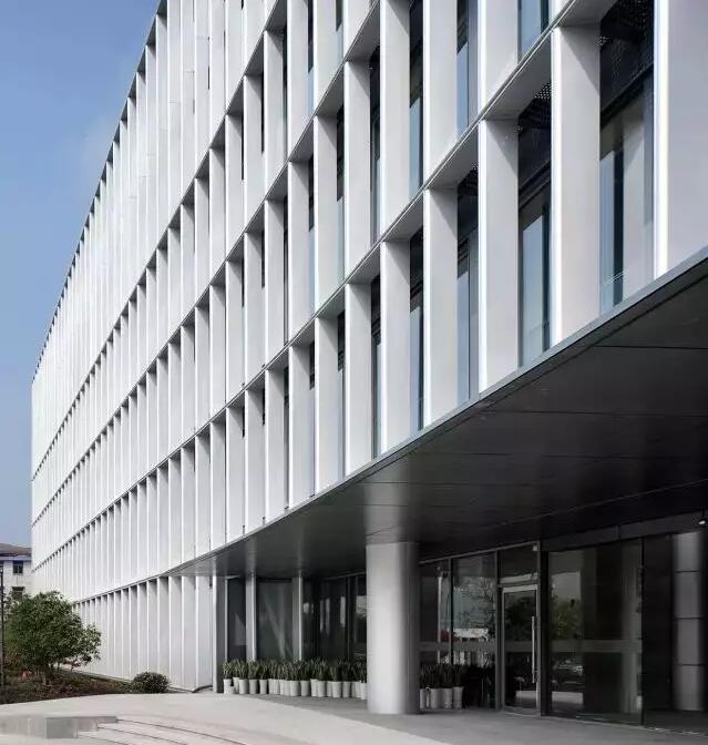 > 建筑外立面的独立性  为保证内部空间的正常使用,设计将双层表皮间