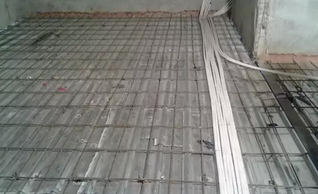 一、施工方法 主要施工流程:测量放线楼板周边钢板模板安装钢梁上短筋焊接钢筋绑扎预留洞口模板安装楼板混凝土浇筑 主要部位的钢筋设计 本工程采用普通热轧级(光圆)和级(月牙纹)钢筋。  钢筋接头形式 根据设计要求和施工方便,钢筋采用盘圆钢筋,调直后按图纸下料,接头为绑扎搭接接头。 钢筋保护层的控制厚度 按设计要求,板钢筋的保护层厚度为20mm。  钢筋绑扎与安装 钢筋绑扎接头的搭接长度及接头位置须符合结构设计说明和规范规定。 钢筋搭接长度的末端距钢筋弯折处,不得小于钢筋直径的10倍,接头不得位于构