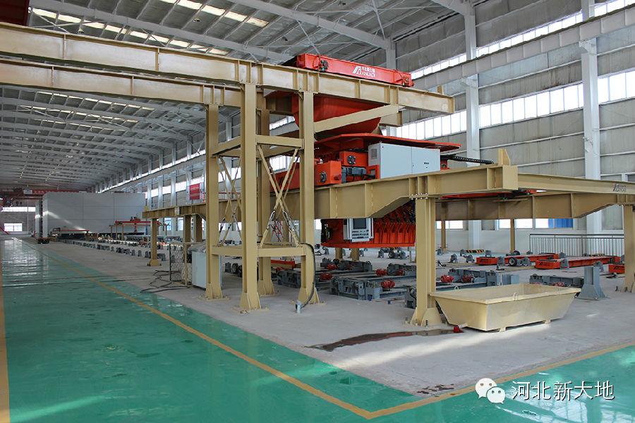 北京榆构有限公司在河北固安建设的混凝土预制构件自动化生产线正式启用,标志着北京榆构大型生产基地外迁,丰台产业结构调整又迈出坚实一步,对提升榆构集团建筑工业化PC产品的产能、效率、质量具有举足轻重的作用 ,也是榆构集团为实现企业战略目标迈出的关键一步,对建筑工业化发展起到了很好的推动作用。 该生产线由北京预制建筑工程研究院整体规划设计,由河北新大地机电制造有限公司与河北榆构建材有限公司模板分公司制造完成,是榆树庄产业京津冀对接示范项目。 以下是河北新大地为北京榆构有限公司提供的建筑工业化PC自动化生产线设