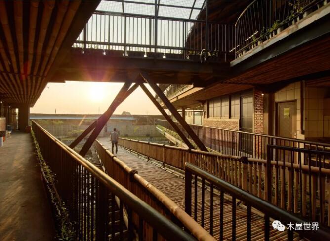 首页 专栏 装配式钢结构,木结构 > 【木结构】有着抛物线屋顶的的地方