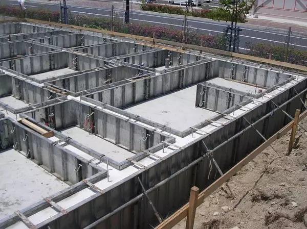 """从图中可以看出,""""整体结构的全现浇钢筋混凝土地下架空层基础""""内部"""