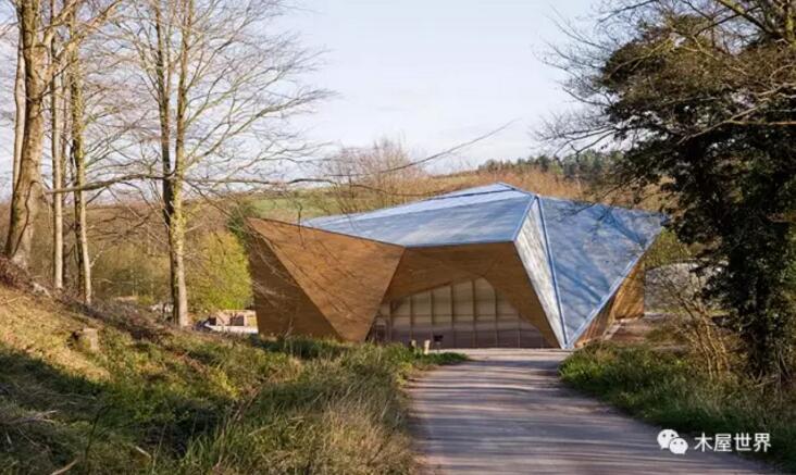 英国建筑事务所Invisible Studio与伦敦建筑协会以及Design&Make的学生们合作,最近完成了英国胡克公园的大棚车间设计。这座倾斜的木建筑作为一个车间,以Design&Make计划的一个空间为原型,同时施工方法与项目的研究也都是由Design&M计划ake program主持完成的。建筑的名称来源于其在胡克公园所处的位置,建筑师在这里提取了本土材料,而建筑本身也作为一个研究的案例,开发利用周围的树干以创造复杂的结构,在高效使用原木板的同时最大限度地减少对工业加工过程的需求。  建筑中使用
