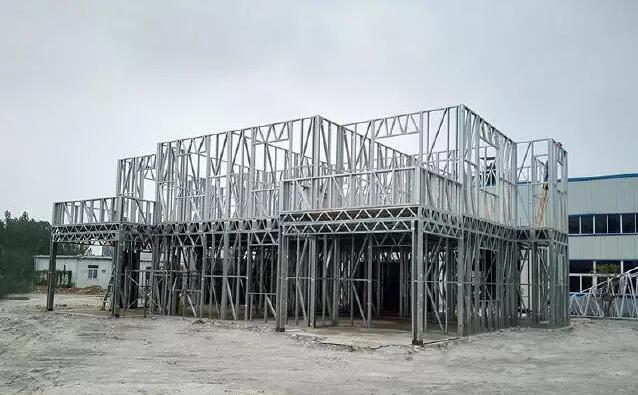 如此漂亮的双层小别墅,你能想到它是用轻钢结构来建造的吗?  为什么大家现在盖别墅都选择轻钢结构? 什么是轻钢结构 冷弯薄壁型钢结构体系是由木结构演变而来的一种轻型钢结构体系,它主要应用于低层建筑(1-6层),在国外已经有30多年历史并已广泛应用,是一种非常成熟的结构体系。轻钢别墅其主要材料是由热镀锌钢带经冷轧技术合成的轻钢龙骨,经过精确的计算加上辅件的支持与结合,起到合理的承载力,以取代传统房屋。  轻钢别墅有哪些优点 01:主体结构是柔性连接,可抗9度地震;保温隔热,居住舒适度高; 02:房屋自重轻,