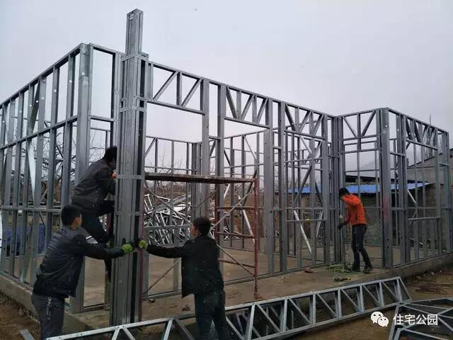 ▼轻钢骨架搭建完成,钉装屋顶结构欧松板.