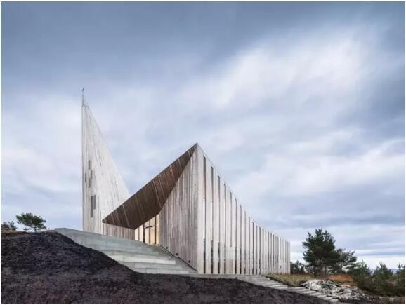 挪威Knarvik社区教堂:Knarvik教堂在日常生活与节假日中作为传递文化与基督教信息的传递者扮演着重要的角色。教堂为周围地区提供了安全的框架,并且也为社区的艺术与音乐与文化发展提供了平台。教堂通过仔细设计地适应地形,调整尺寸以尊重和融入当地风貌的植被,地形和空间质量。教堂与其户外区域的发展考虑到了当地以及Knarvik未来的中心广场。Knarvik教堂将成为当地聚集场地和整个星期的信仰场所。该项目旨在邀请和包容所 有人,也旨在成为展示对基督教信仰,人、气候和环境的尊重的一块可敬的场地。  Knarv