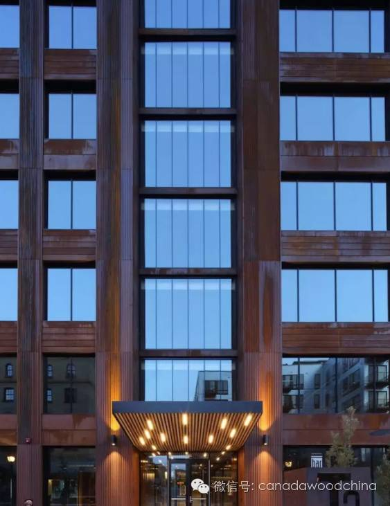 英国建筑师,建筑实践事务所 Waugh Thistleton 的合伙人 Andrew Waugh 在去年接受 Dezeen 的采访时就表示,这是木材时代的开始。他认为,纯木材的结构至少可以盖25层楼高。 在他之外,还有许多建筑师都在木结构建筑上进行着大胆的尝试。 比如我们在之前的文章中也提到过,日本建筑师坂茂接受了加拿大开发商 PortLiving 的委托,计划在温哥华城市中心的海滨区域建造一幢名为 Terrace House 的住宅楼,据开发商所称,建筑落成后将是全球最高的混合木结构建筑。