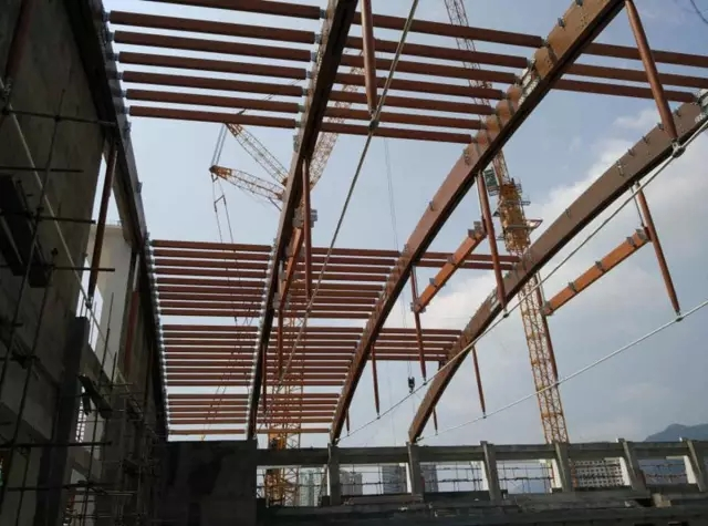 贵州省榕江室内游泳馆位于贵州省黔东南苗族侗族自治州榕江县,内设5050m正式比赛池和2525m训练池,总建筑面积11455,占地面积6180,建筑地下一层,地上两层,建筑高度为20.05m。建筑设计使用年限为50年,建筑结构安全等级为一级。建筑地下室及一层采用混凝土框架体系,二层以上采用木结构体系。 游泳馆中部花桥和鼓楼采用传统木结构,充分体现了民族特色和地域特点。泳池上部屋盖采用张弦木拱体系,跨度50.