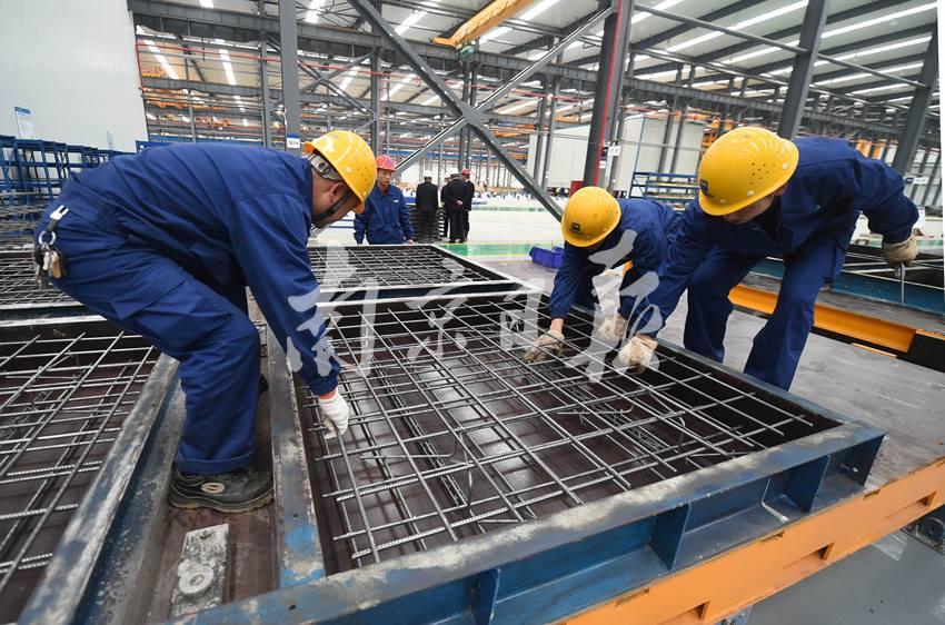 首页 资讯 企业新闻 > 用流水线造房子  11月8日,工人正在位于江宁