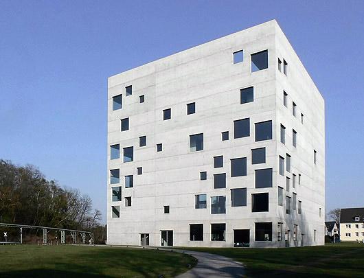 她,是2010年普利兹克建筑大奖的得主,威尼斯建筑双年会的首位女性总策划,也是目前备受世界瞩目的建筑明星。听听妹岛和世的一席话,了解她对建筑设计的迷恋,体会她口中,建筑和人类之间的奇妙邂逅。  2010年对于日本女建筑师妹岛和世来说,可谓是大丰收的一年。之所以这样说,首先是因为2010年5月,她与伙伴西泽立卫以SANAA之名,共同荣获了有建筑界诺贝尔奖之誉的普利兹克奖(The Pritzker Architecture Prize)。随后,她又在去年8月末举办的第12届威尼斯建筑双年会上担任了总策划。