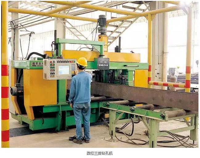 钢结构构件制作一般在工厂进行,包括放样、号料、切割下料、边缘加工、弯卷成型、折边、矫正和防腐与涂饰等工艺过程。  1、放样与号料 1.1、放样 根据产品施工详图或零、部件图样要求的形状和尺寸,按1:1的比例把产品或零、部件的实体画在放样台或平板上,求取实长并制成样板的过程。对复杂的壳体零、部件,还需作图展开。有条件时应采用计算机辅助设计。 1.