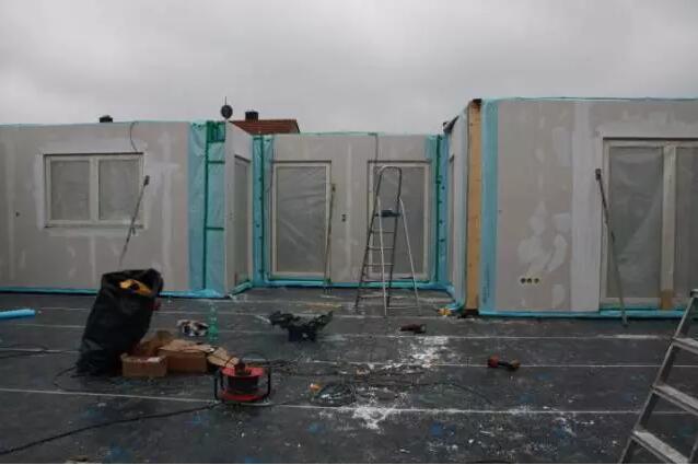 预制木结构大型墙板的围护施工现场