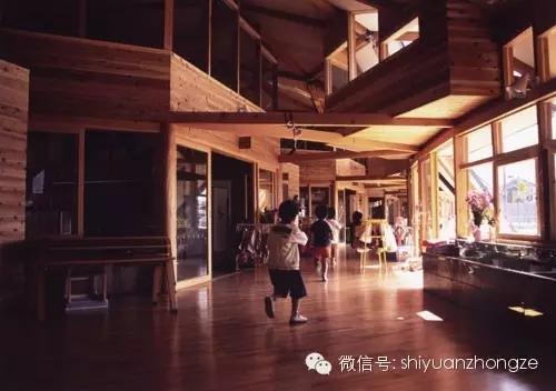 > 全木结构设计 日本泡泡幼儿园  幼儿园的屋顶全部由连续的板材拼接