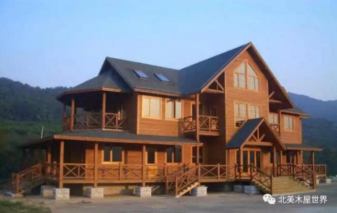 通过在房屋基础和上部木结构之间设置防水层,外墙饰面与墙体间铺设