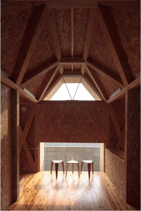 建筑的所有结构不是天花板就是墙体,木桁架梁倾斜设置,是屋顶的基础