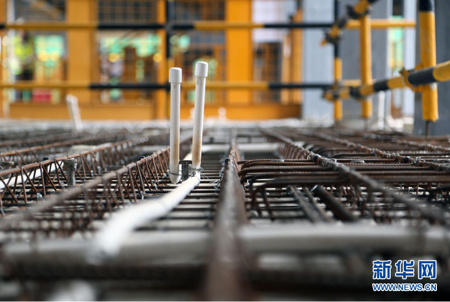 支撑结构体系采用国内首创的扁钢管变截面框架柱,钢柱,钢梁均隐藏于