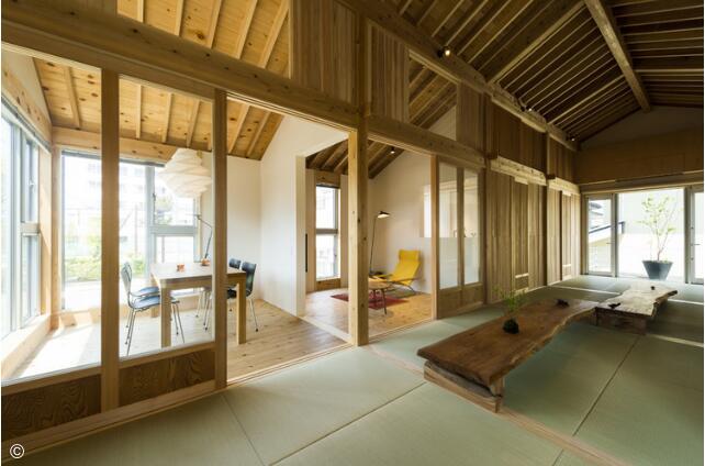 四个中央单元代表了自由空间,形成了榻榻米铺设的走廊.