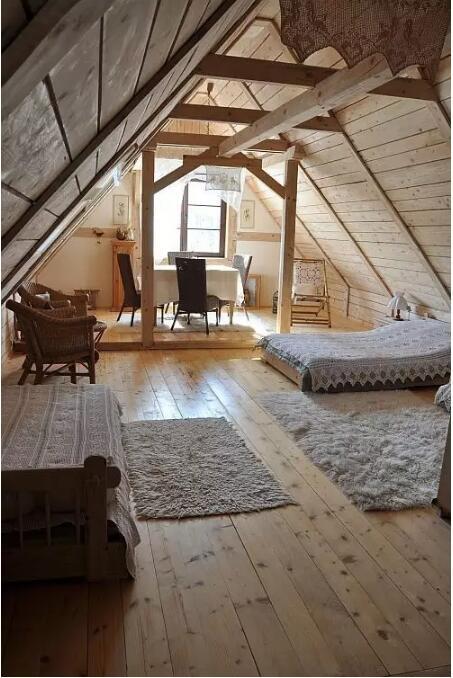 深色的木结构与中式风格家具结合融入混凝土,形成既工业又复古的风格.
