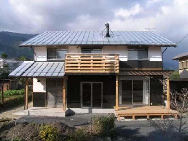 这幢木结构的日本独立住宅,即日本所谓的木结构的一户建住宅。按照我们的认识,多数人会认为木结构的住宅容易起火灾,容易腐烂,寿命不长。另外,我国木材资源也较匮乏,价格普遍较高。实际上,日本近几年的新住宅建设,受西方发达国家住宅建设的理念影响也较大,在很多方面有所改进。现如今,所谓的健康住宅,多数是指木结构住宅。木结构住宅,在欧美发达国家已流行多年。防火、防腐技术也早已不是什么问题。    建造完工之后的日本木结构住宅正面外观 建造时间: 2009年6月2009年11月 建造地点: 日本滋贺县守山市