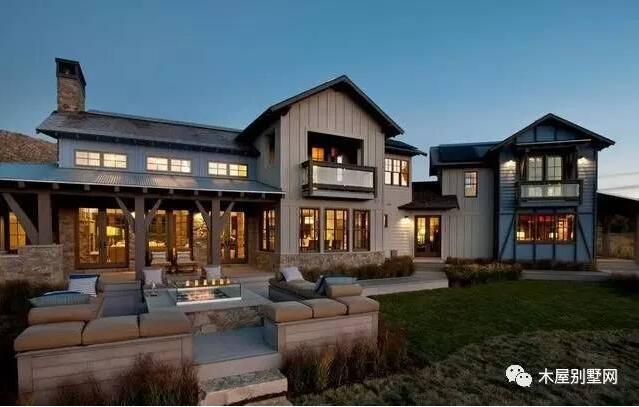 木屋别墅,是以天然木材为结构材料的建筑,十分容易亲近大自然,也是最适合人类居住的建筑。木屋被誉为二十一世纪生态住宅,人类对树木、木材有着生成的天然亲热感。相信很多人看到过有关木屋建造一个月左右就能完成的消息,不要感慨,相对来说木屋建造周期短,施工容易,这是正常的。既然速度这样快,木屋造价是不是就很高呢?