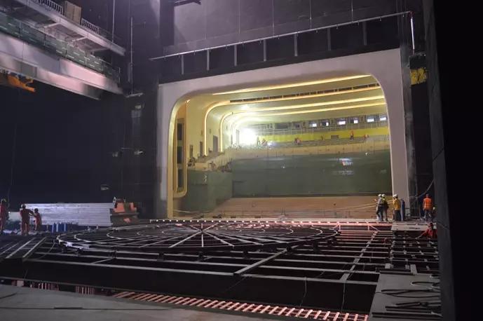 导读 丝绸之路(敦煌)国际文化博览会主要场馆工程由中建股份采用装配式建造+EPC工程总承包模式建造。历时8个月,在戈壁荒滩上,建成敦煌大剧院、国际酒店、国际会展中心等26万平米的建筑群和一条32公里的景观大道,总投资43亿。在敦煌文博会主要场馆中,中建八局、中建科技、中建上海院、中建装饰、中建钢构、中建物资、中建电子、中建安装等系统内优势力量,通过高效组织协调,同步推进,全力释放了EPC总承包模式的潜力,将不可能完成的工程难题变成现实,创造敦煌奇迹。  1.