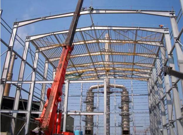 一、钢结构基础工程 钢结构工程基础由土建专业队负责施工,但当基础短柱钢筋绑扎完成、模板支护完成并加固牢固后,项目部随之立即派专业技术人员和施工人员进行钢结构螺栓预埋工作。为确保上部结构安装质量,也必须与土建施工单位密切配合,共同把关。预埋时必须严格控制地脚螺栓的位置和伸出长度、基础支承面水平度和标高等。 螺栓预埋施工要点:为便于螺栓就位,将采用在工厂预制好的钻孔钢模辅助就位。当基础模板支撑牢固,即在模板面上投测中线点(十字形),并根据中线点,初定位地脚螺栓的位置,然后调整模板面上的中线点与钻孔钢模上的十字