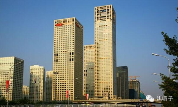 1、北京银泰中心工程的工程概况 北京银泰中心工程由银泰置业有限公司投资,集服务、办公、娱乐、高级公寓于一体的型群体建筑,该群体建筑位于北京建国门外国贸桥的西南角,是北京中心商业区(CBD)核心地带,东l临东三环路,北靠建国门大街, 建筑面积:总占地3.1305万平方米,总建筑面积34.