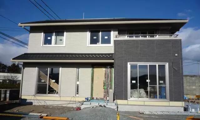 从设计角度分析钢结构住宅体系的特点,介绍异型钢柱住宅项目的设计思路。针对框架结构采用不同阻尼比、基础方案等问题进行数据对比分析;总结设计中常见问题注意事项;对设计标准提出不同意见。  一、钢结构住宅体系选择 从已建成的钢结构住宅来看,主要有: 1)薄壁型钢组合墙板形式; 2)纯框架形式; 3)框架支撑形式; 4)型钢混凝土组合形式; 5)钢框架-混凝土抗震墙形式等等。 这些结构形式各有特点,其中薄壁型钢组合墙板形式特别适宜定型产品,其体系是从墙板结构演变而来,即将薄壁型钢柱构件按大约 600mm 的间距布