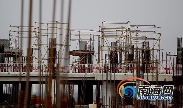 1月1日上午,随着地下室最后一方混凝土浇筑完成,海口美兰机场二期扩建项目T2航站楼中心区突破正负零,冲出地平线。与此同时,T2航站楼指廊区的最后一榀钢结构桁架也顺利提升吊装,钢结构封顶。这意味着该项目工程难度最大的部分已顺利完工,为实现2019年下半年竣工验收的目标奠定了良好基础。  1月1日上午,在海口美兰机场二期扩建项目工地,举行T2航站楼中心去正负零及指廊区钢结构封顶仪式  1月1日上午,在海口美兰机场二期扩建项目工地,举行T2航站楼中心去正负零及指廊区钢结构封顶仪式  1月1日上午,在海口美兰机场