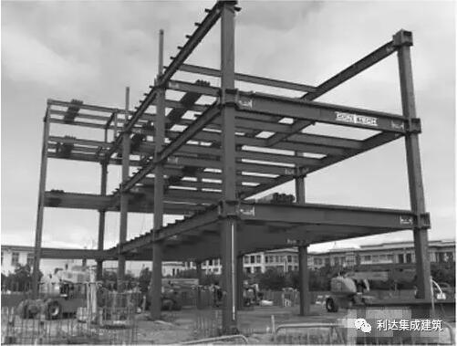 1.SI体系 SI,是Skeleton Infill的缩写,顾名思义是将住宅建筑分为支撑体与填充体两大部分。S包含所有主体结构包括梁、柱、楼板及承重墙、共用设备管网等;I包含户内设备管网、室内装修、非承重外墙及分户墙。  1961年,美国哈布瑞根教授在其著作中提出骨架支撑体理论,被视为SI体系的前身。国内外多数钢结构住宅多以此为基础衍生而来,如日本的KSI住宅体系、 NEXT21住宅体系、美国的预应力板柱体系及我国的CSI体系和VSI体系等等。区分SI体系与非SI体系的关键点在于除主体结构外的构