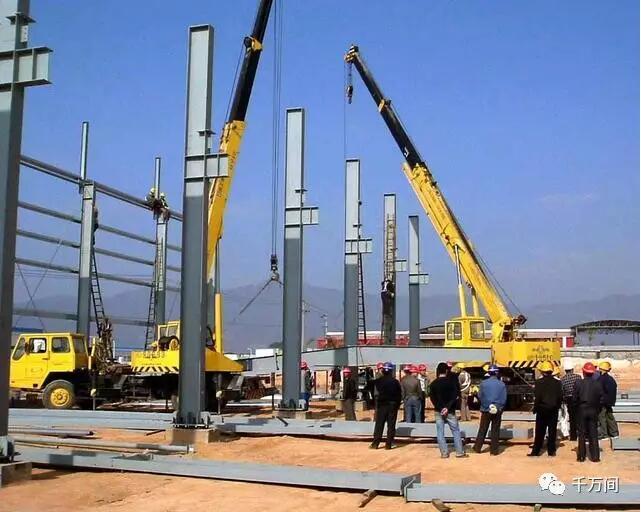 2 钢吊车梁安装 吊车梁采用两点绑扎,吊升时用溜绳控制吊升过程构件的