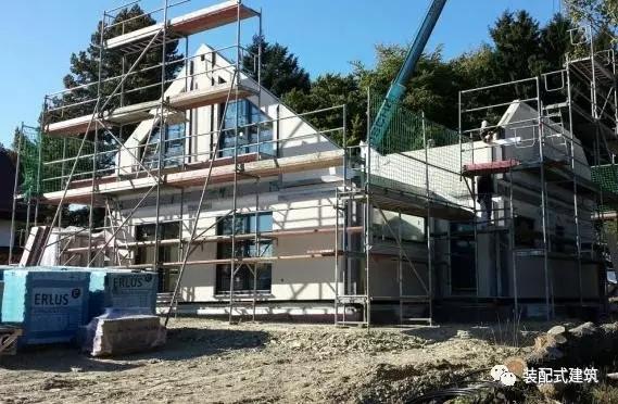▼屋面工程施工,吊装屋架,安装坡屋面.
