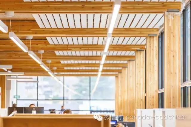 山地装备公司(MEC)温哥华总部大楼斩获加拿大木材协会2015年度木建筑设计大奖!去年我们没有报道这个喜讯,我能想到的唯一原因就是它看上去和百年前的上百栋木建筑一般相差无几,同样的木梁和木柱风格。此外,当时我们正被高层木结构建筑和引人瞩目的高科技正交胶合木(CLT)所吸引。那么MEC总部大楼究竟有何新颖之处?   新的即是旧的,旧貌换新颜。由ProsceniumArchitecture建筑师和Fast + Epp工程师(同时也是UBC木结构高层公寓的工程师)共同合作,MEC总部大楼采用150年前西海岸大多