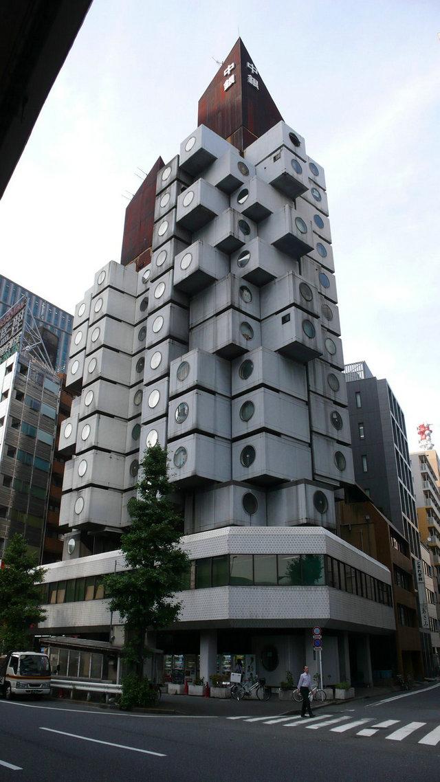 胶囊大楼由钢架和钢筋混凝土构建而成,其内部楼梯,地板以及电梯井道均